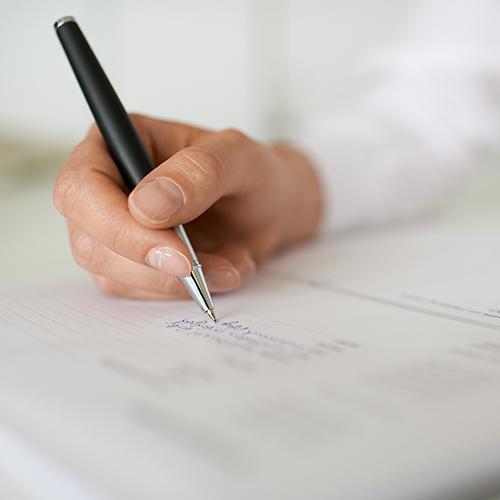 Hand unterschreibt Datenschutzerklärung