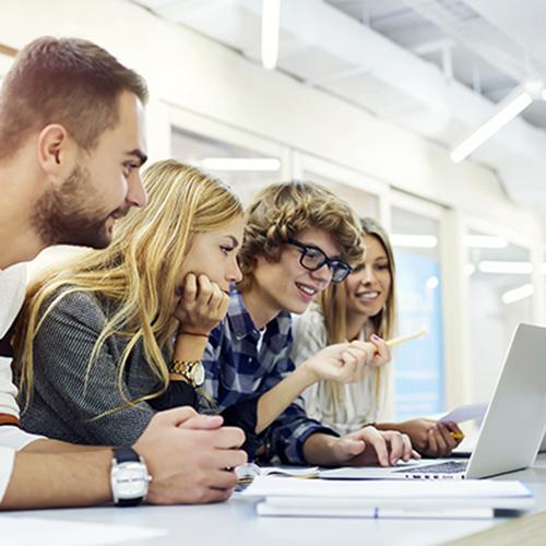Schüler sitzen vor einem Computer