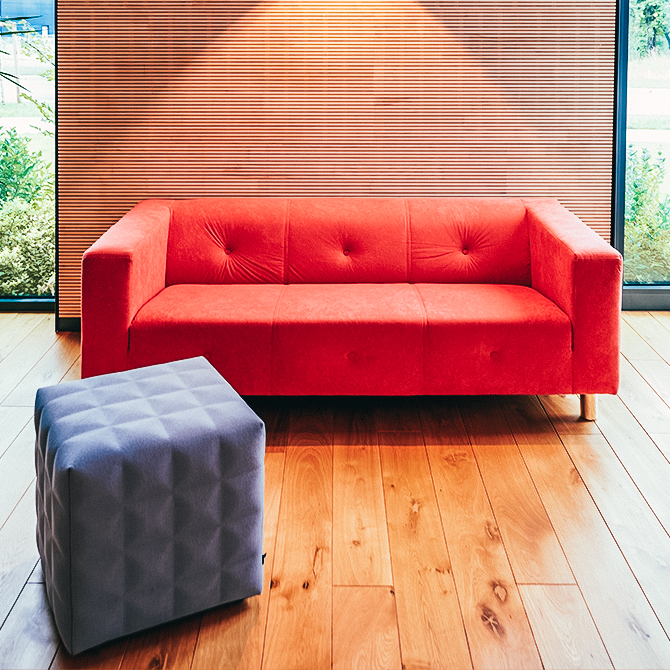 Rotes Sofa auf Holzboden