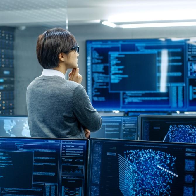 Admin im Rechenzentrum schaut auf Monitor