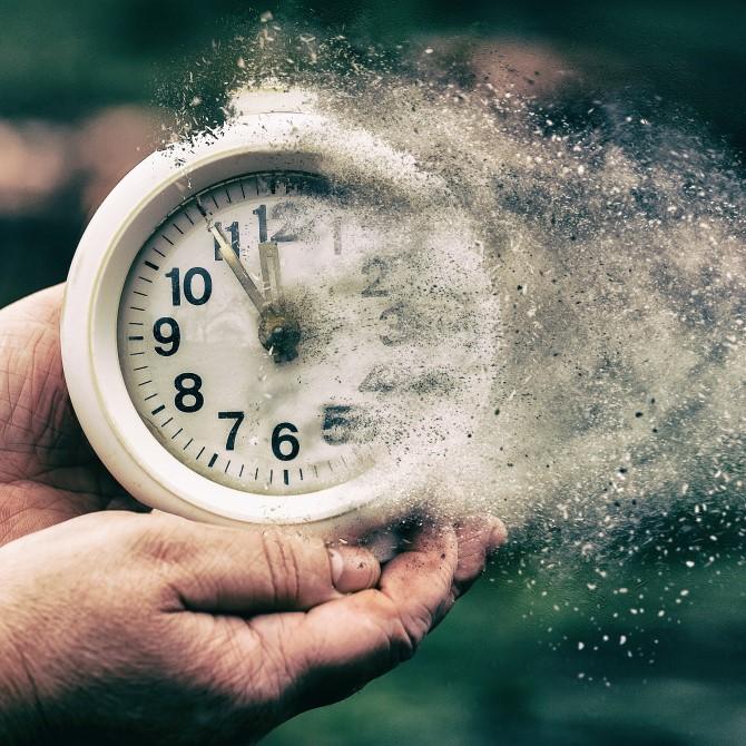Uhr zerfließt zu Staub