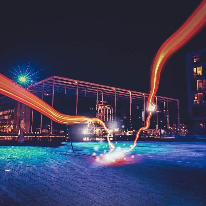 Lichtspiel vor modernem Gebäude bei Nacht