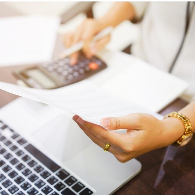 Frau kalkuliert mit Taschenrechner